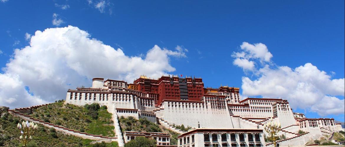 The Potala Palace is a white and red complex which stands in the center of Lhasa Valley.