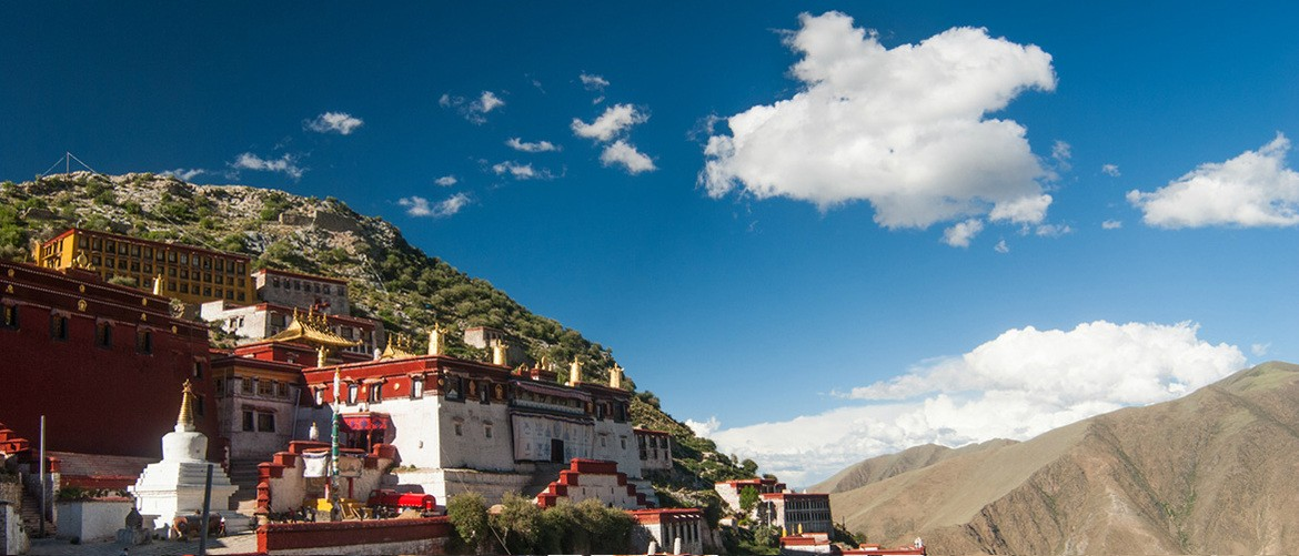 The Garden Monastery stands on the Wangbori Mountain at an altitude of 3, 800 meters above the sea level.