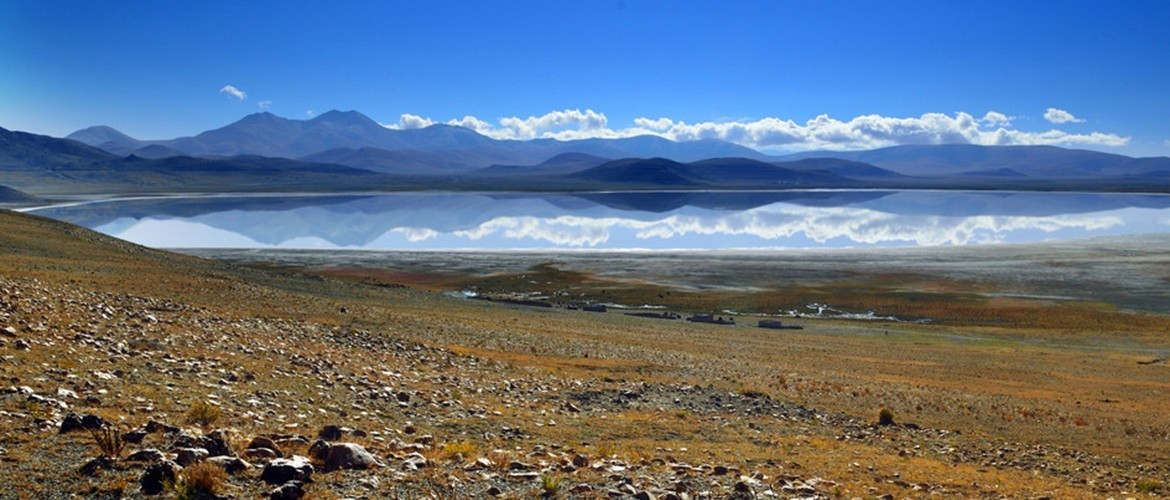 Peikutso Lake is 60 kilometers north of Shishapangma peak and 40 kilometers south of Yarlung Zangbo River.