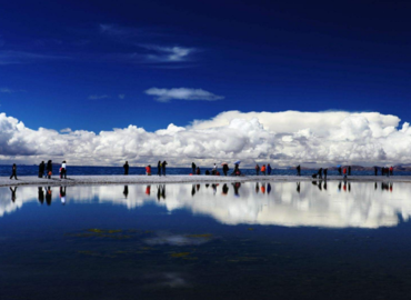 Namtso attracts many tourists from home and abroad with its unique charm.