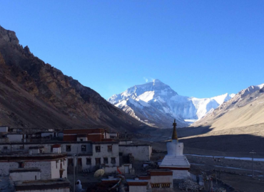 At the site of Rongbuk Monastery, you can view the highest mountain of the world brightly shining and clearly sparkling. The snowy peak seems happily to touch the blue sky.
