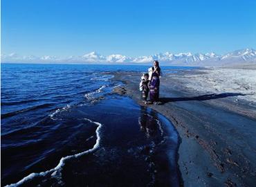 Mother an son walk along Peikutso lake.