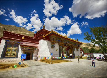 Sera Monassrey is located at the foot of Tatipu Hill in the northern suburb of Lhasa City