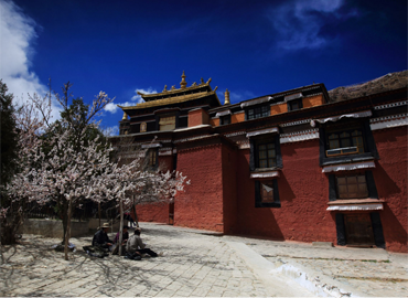 Tashilhunpo Monastery covers an area of nearly 300,000 square meters
