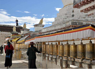 Standing on the entrance of Tashilhunpo,visitors can see the grand buildings with golden roofs and white walls