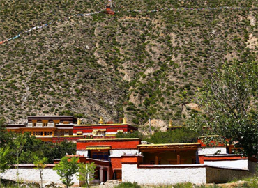 Like most Tibetan monasteries, Yungdrungling Monastery was built under a hill.