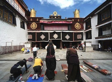 Many pilgrims are worshipping and performing their devotions at the gate of Jokhang.
