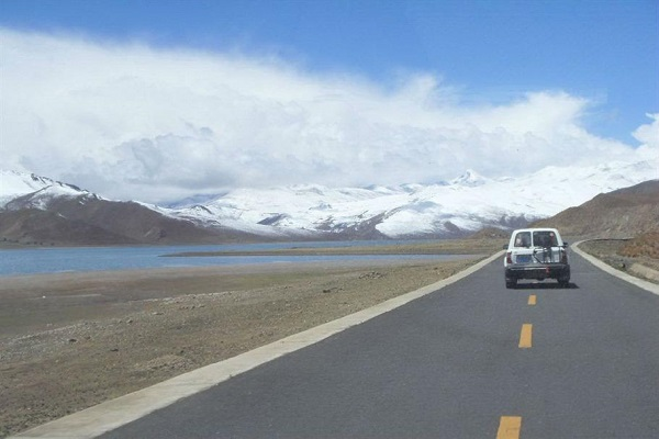 See snow-capped mountains on the way to Shigatse.
