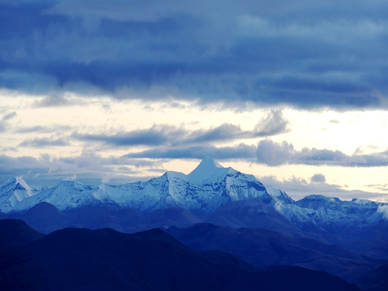 In Tibet highland, you will see snow-capped mountains everywhere.