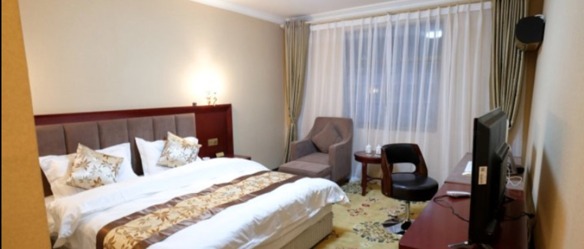 The single room with big bed of Tingri roof of the world hotel.