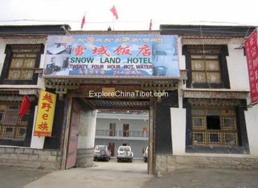 Outer appearance of Snow Land Hotel.
