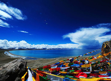 The scenery along the Namtso Lake in June is attractive and charming.