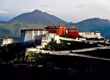 The original Potala Palace was built by the King Songtsan Gampo for his bride in 637 AD, and it was rebuilt by the fifth Dalai Lama.