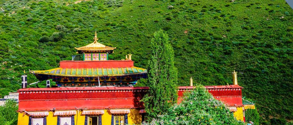 Chimpuk Hermitage is located in Lhoka, where is the cradle of Tibetan culture.
