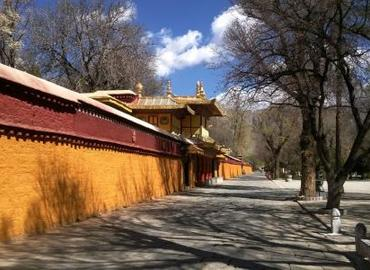 As the summer palace of Dala Lama, Norbulingka means precious garden in Tibetan language.