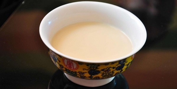 Buttered tea is the favorite drink of Tibetans.