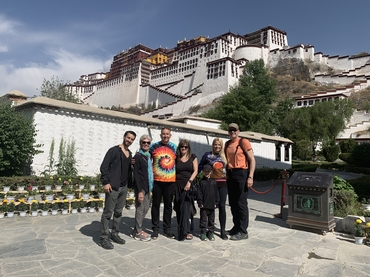 A group photo with the background of Potala Palace.