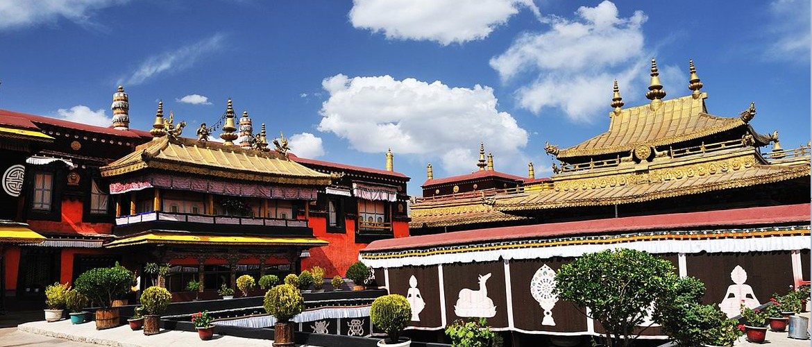 Jokhang Temple is the center of Lhasa old town.