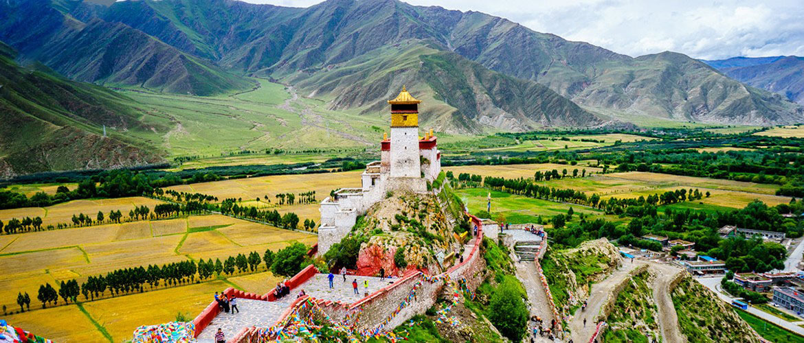 Yumbulagang Palace is situated on the east side of the Yarlung River in Nêdong County.