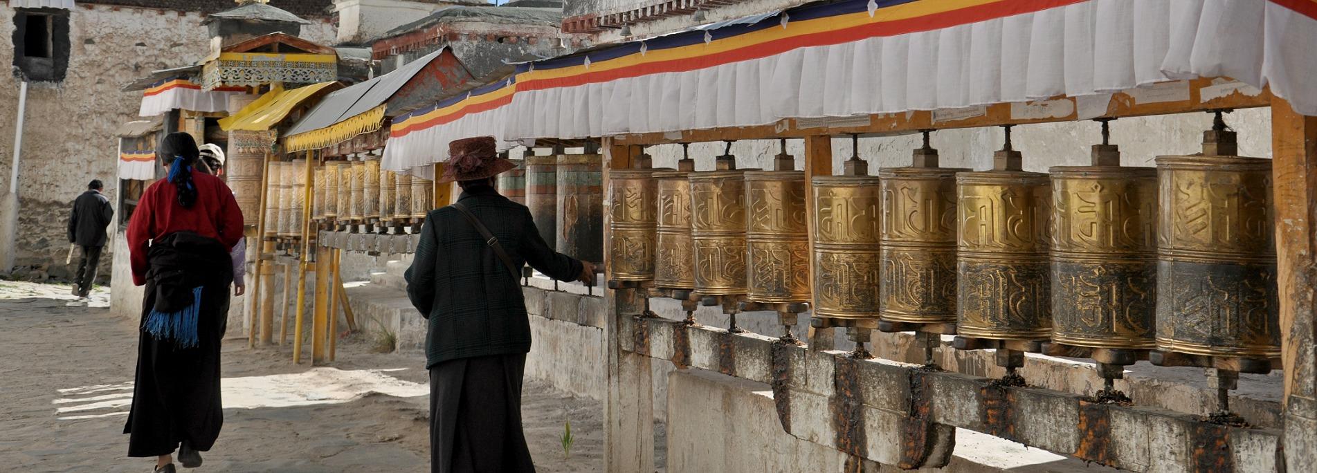 Lhasa to Shigatse is a golden tour route.
