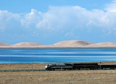 A train running on Qinghai-Tibet rail line.