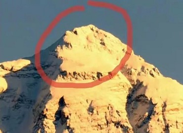 The summit of Everest looks like a lion.