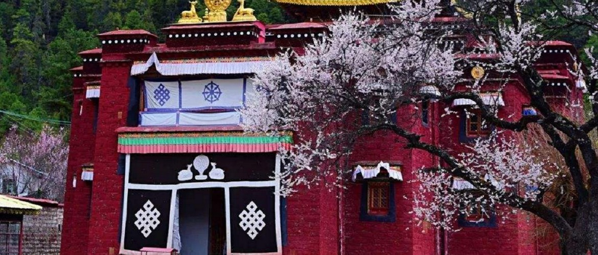 Lamaling Temple is surrounded by flowers.